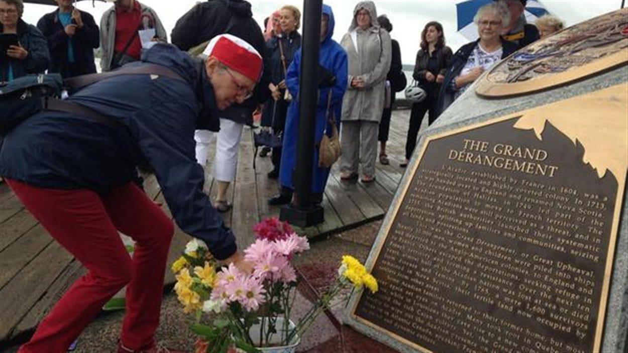 25 personnes sont rassemblées devant l'Île George où des centaines d'acadiens ont été emprisonnés