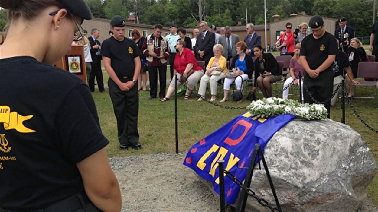 Moment de recueillement à la mémoire des cadets morts en 1974 à Valcartier.