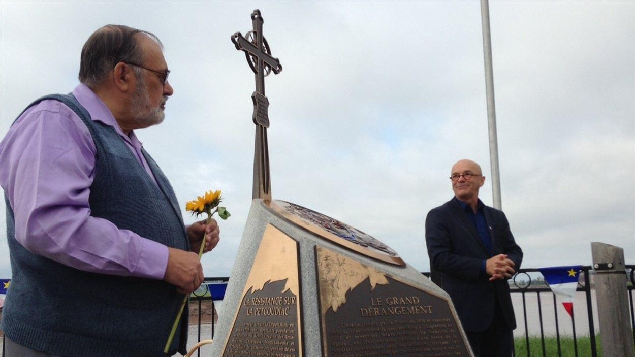 René Cormier et Jean Gaudet aux côtés du monument.