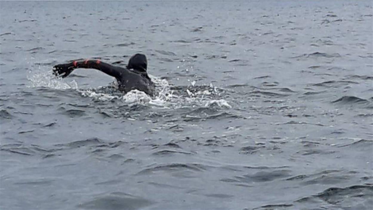 Vincent Godin entreprend sa grande traversée à la nage.
