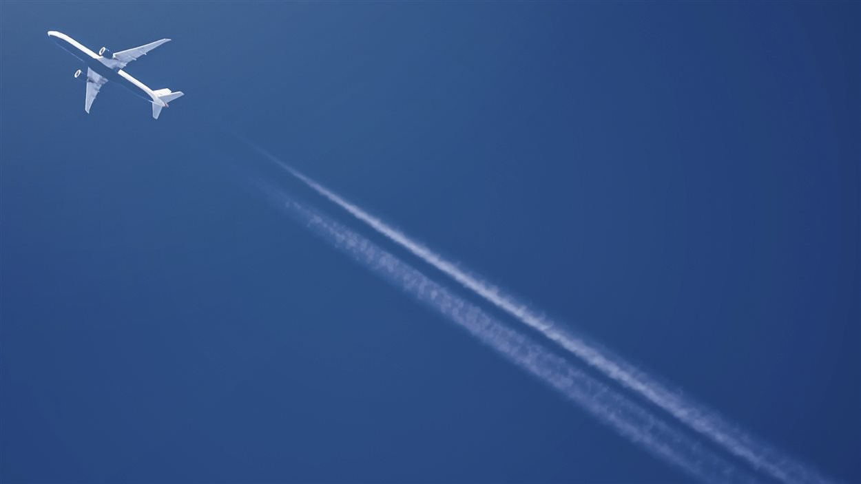 Un avion traverse le ciel