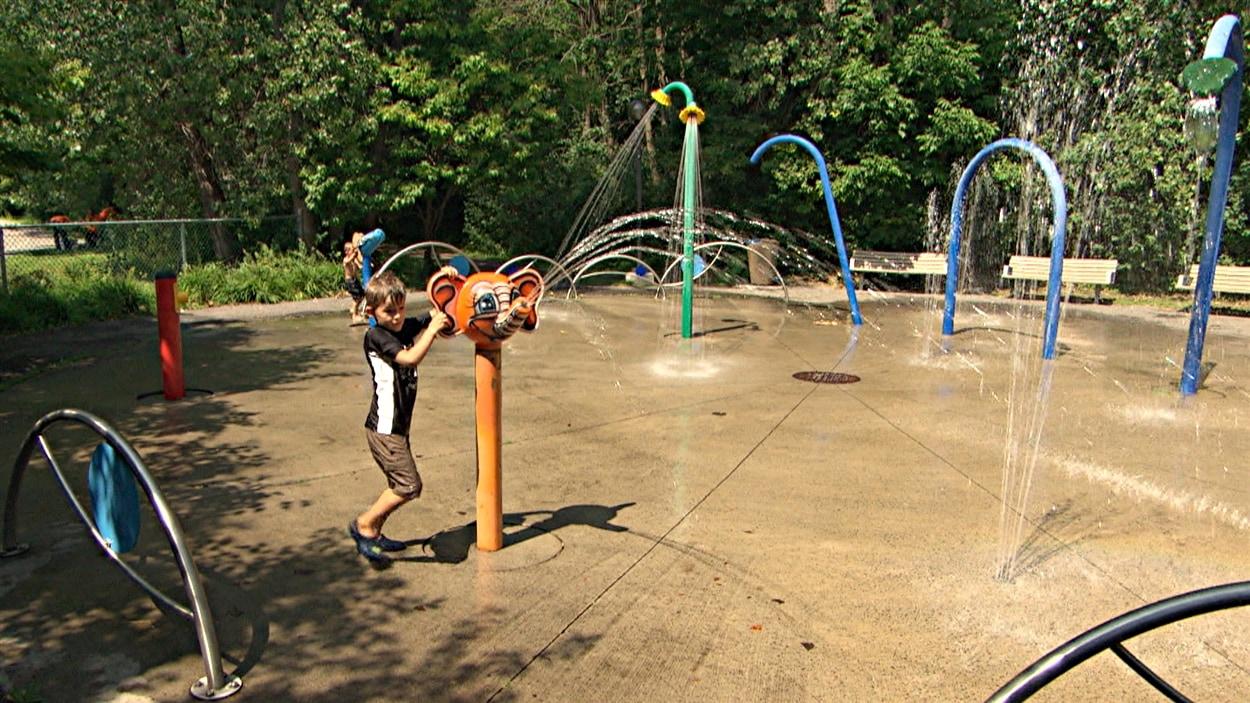 Des enfants se rafraîchissent dans un parc de Gatineau. (28-07-15)