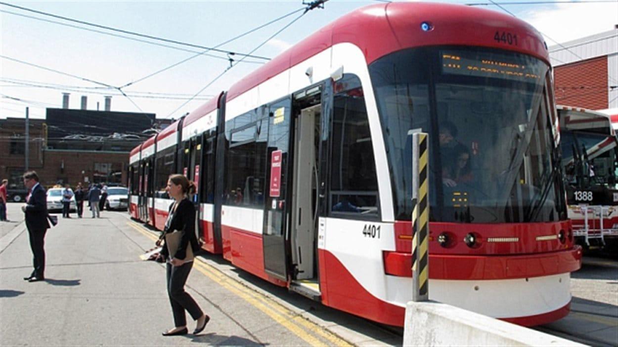L'un des nouveaux tramways de Toronto fabriqués par Bombardier