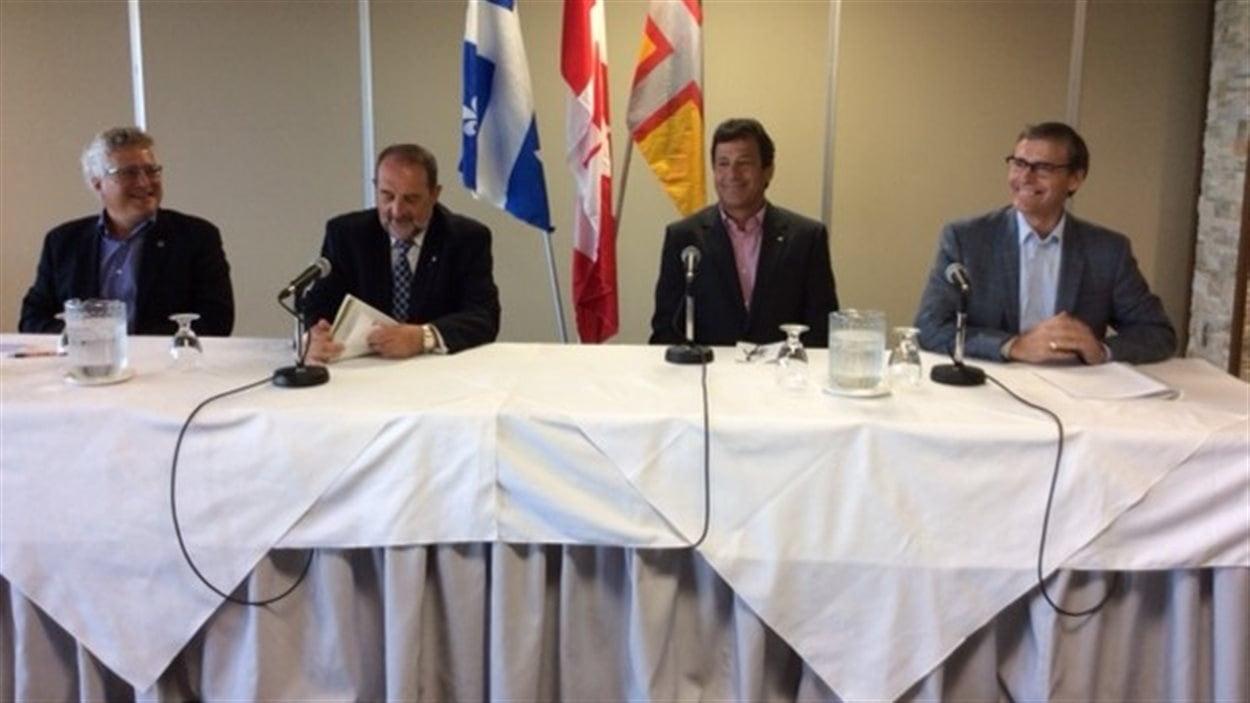 De gauche à droite: André Tremblay, du Conseil de l'industrie forestière du Québec, le ministre Denis Lebel, Réjean Paré, du Groupe Remabec et Richard Garneau de PFR