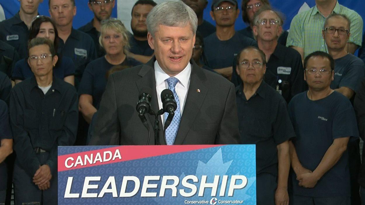 Le chef conservateur Stephen Harper s'est adressé aux médias lors de son passage à Laval.