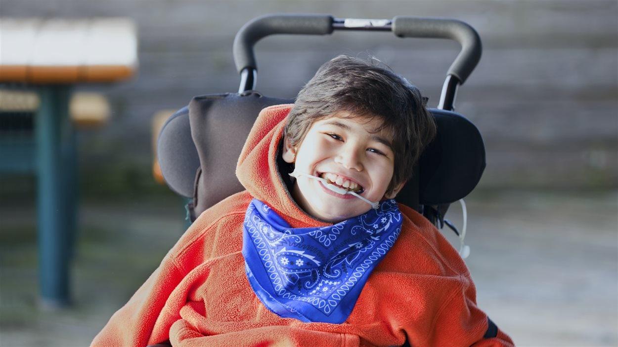 Un enfant atteint de la paralysie cérébrale.