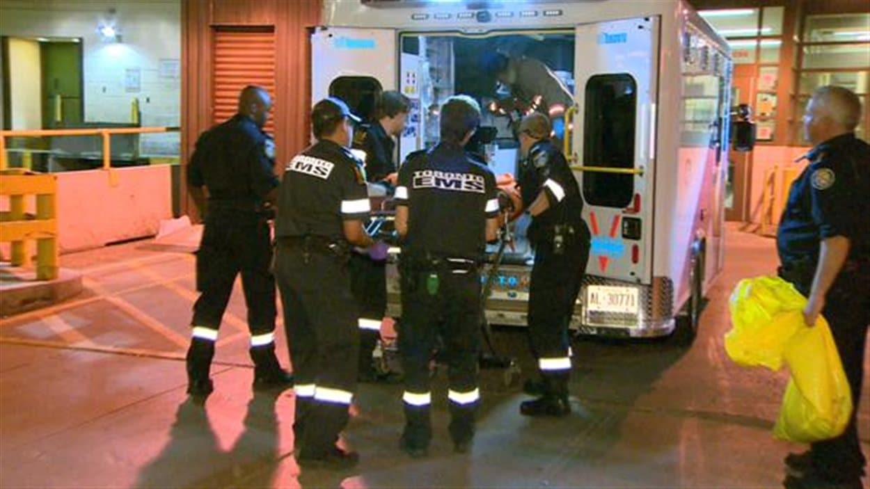 Plusieurs personnes ont été transportées à l'hôpital après une fusillade au club Muzik à Toronto.