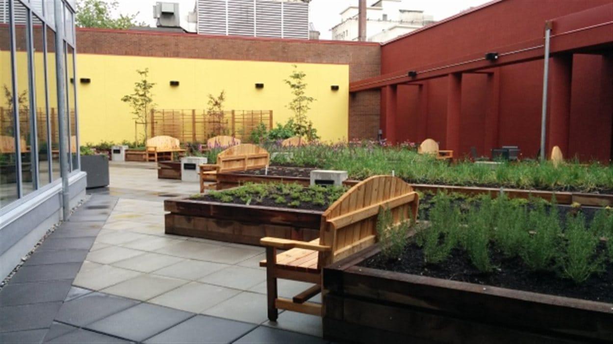 Le jardin commun sur le toit du nouvel immeuble à logements locatifs abordables, situé au coin des rues Gore et Powell à Vancouver.
