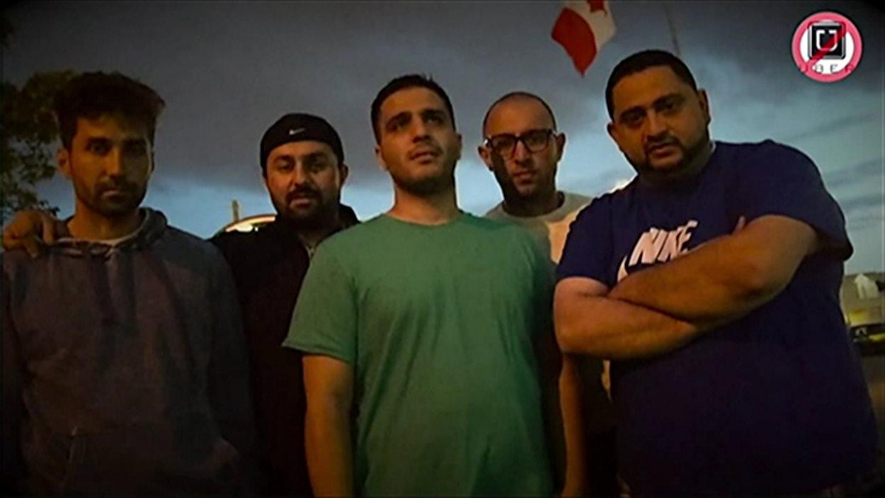 Roy Noja (à droite) et ses quatres collègues qui ont piégé des chauffeurs de la compagnie Uber, à Ottawa.