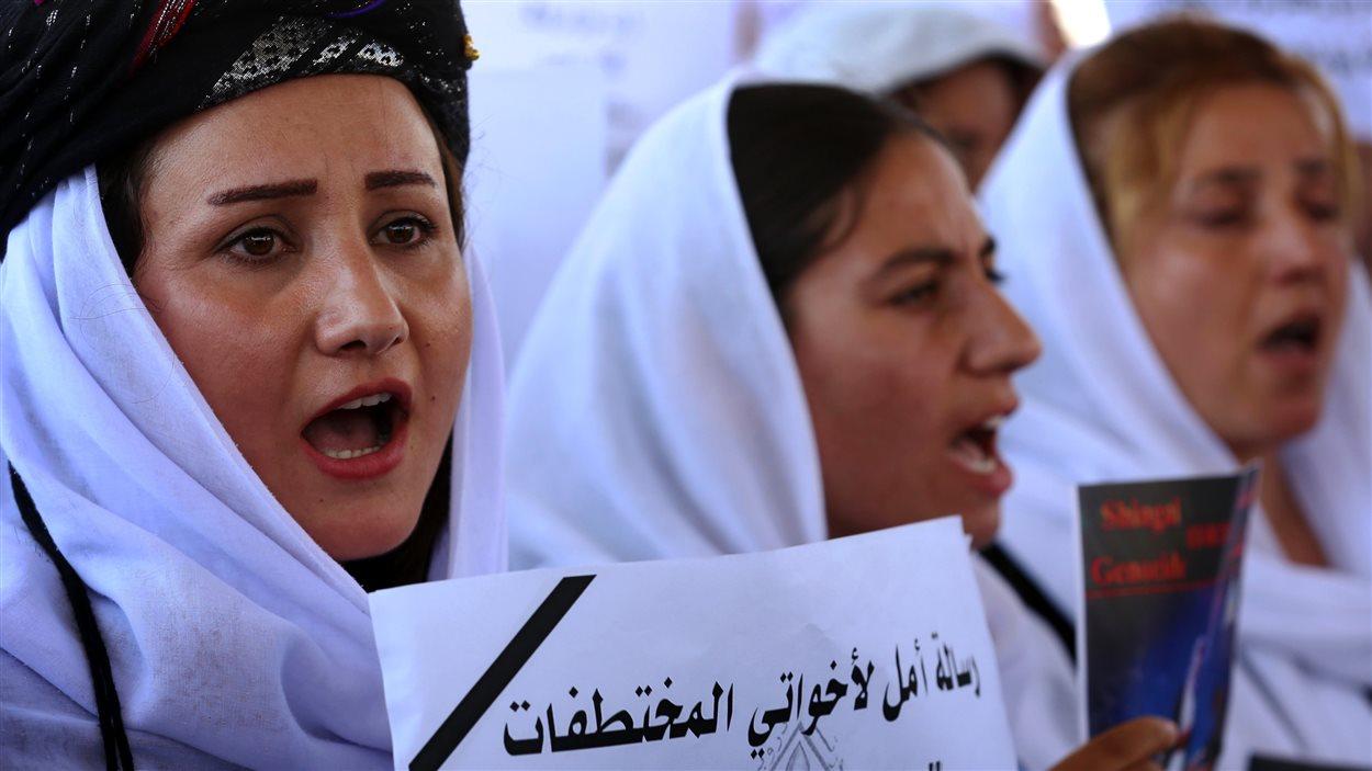 Des femmes Yézidis manifestent devant un bureau des Nations Unies en Irak en soutien aux femmes de leur communauté qui ont été enlevées par le groupe armé État islamique en 2014.