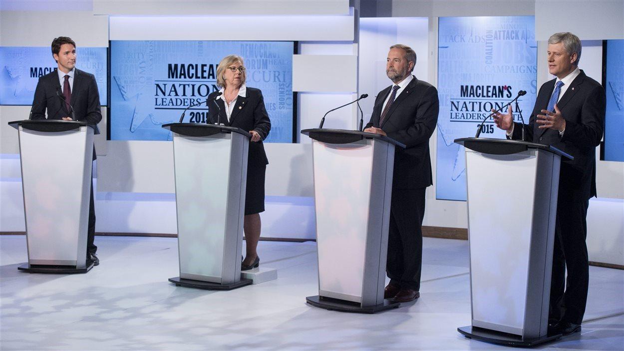 Justin Trudeau, à gauche, Elizabeth May, Thomas Mulcair et Stephen Harper au débat Maclean's  Photo :  PC/Frank Gunn