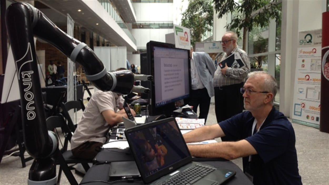 Ce bras robotisé est l'un des nombreux exemples d'innovation technologiques visant à améliorer la vie des personnes handicapées.