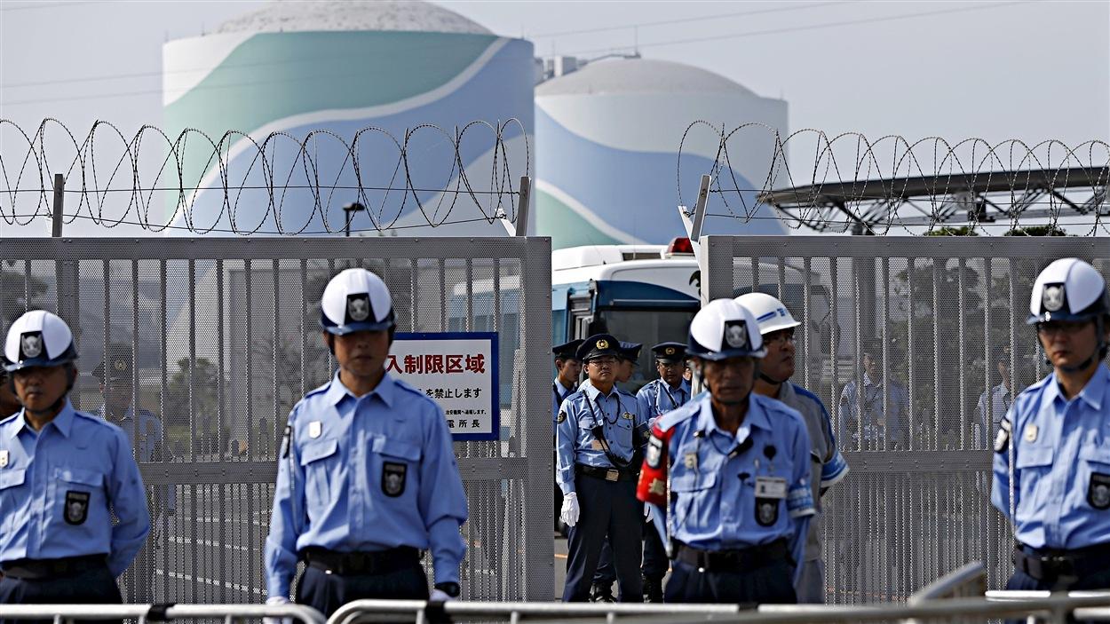 Des policiers devant la centrale nucléaire de Senda