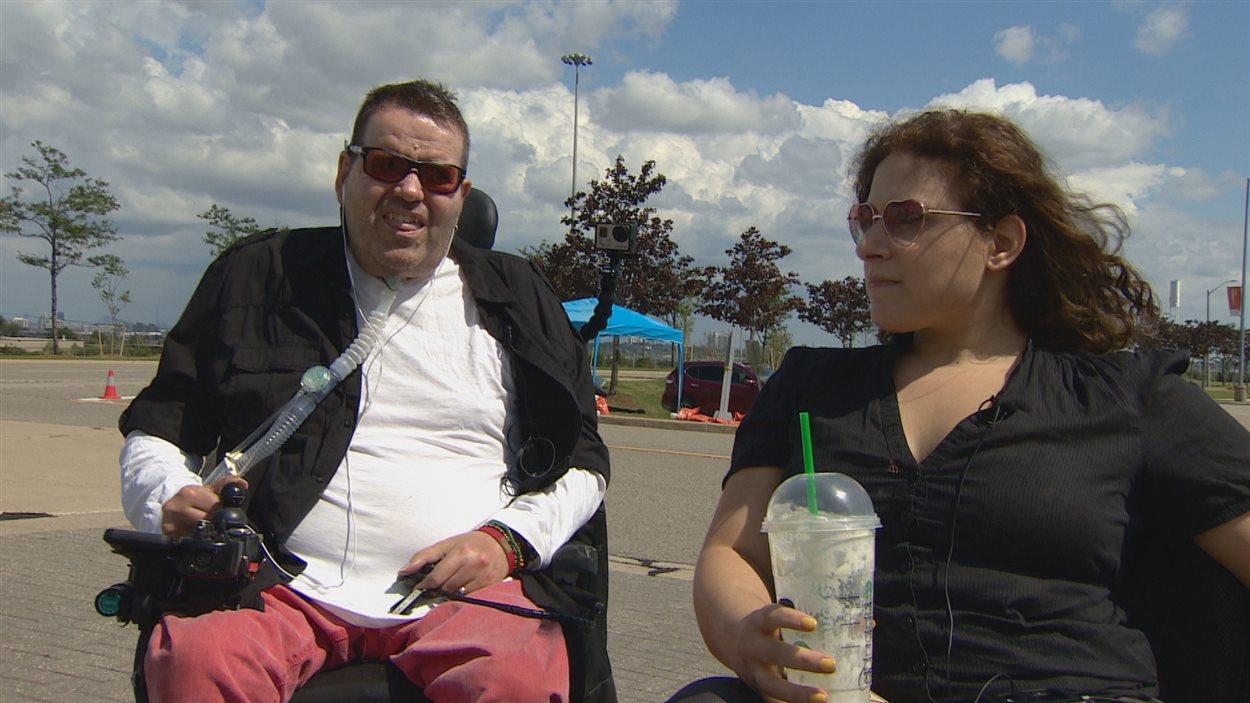Neil et Diane, deux torontois en fauteuil roulant, ont accepté de tester les services accessibles offerts aux Jeux parapanaméricains