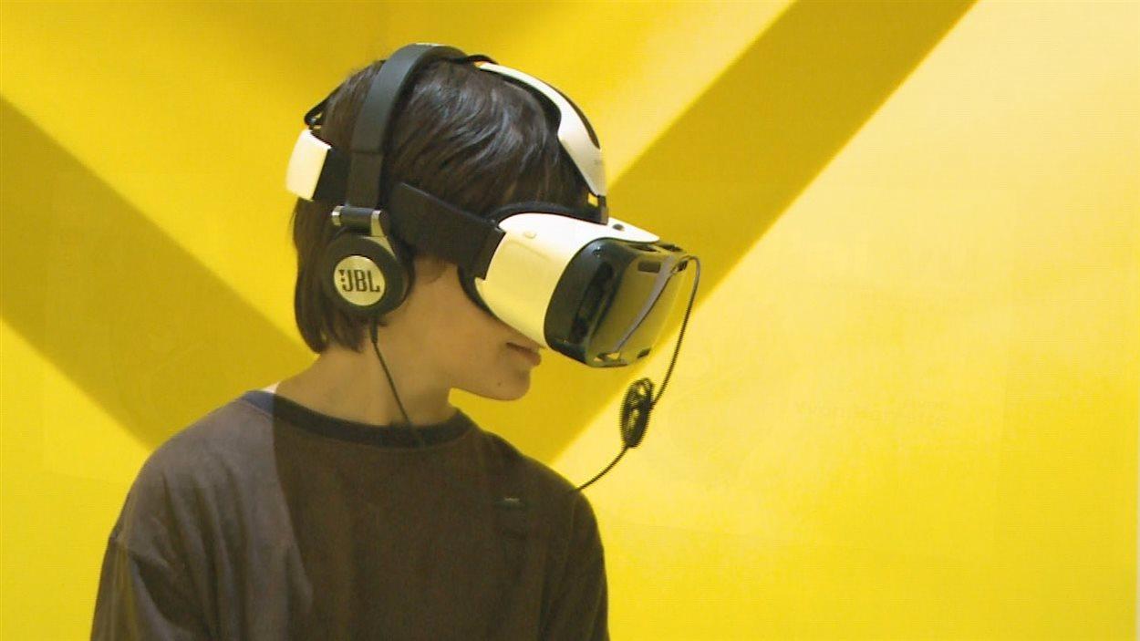 Les spectateurs visionnent le film à l'aide d'un casque virtuel.