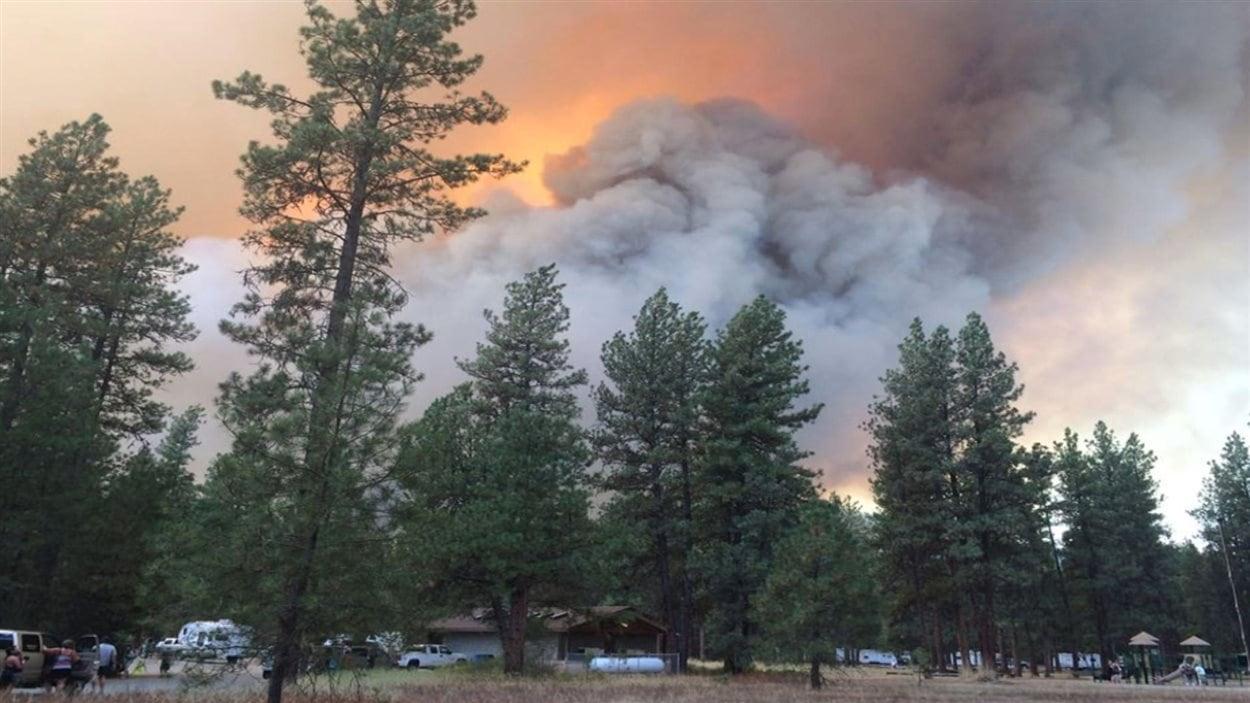 Une épaisse fumée et les flammes démontrent l'intensité du feu de forêt près de Rock Creek