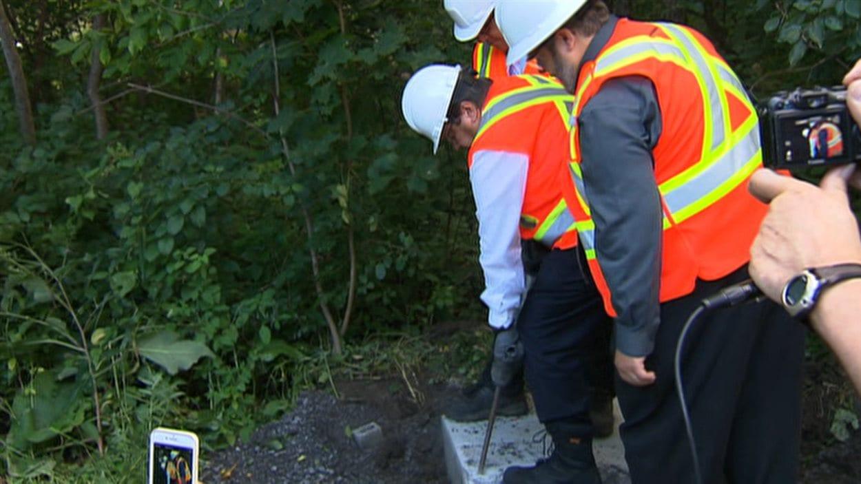 Le maire Coderre détruit une portion de la dalle installée par Postes Canada.