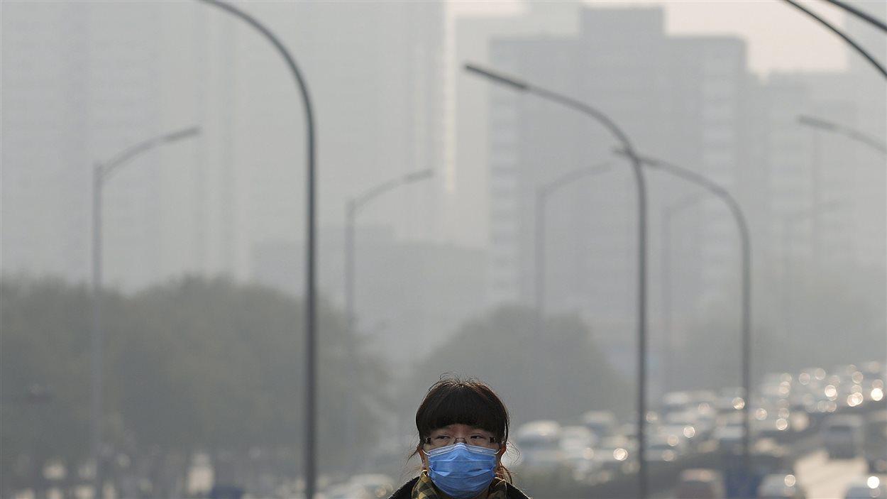 En Chine, la pollution atmosphérique est pire pendant l'hiver en raison du chauffage au charbon et des conditions météorologiques qui gardent l'air pollué plus près du sol. (Pékin, 25 novembre 2014)