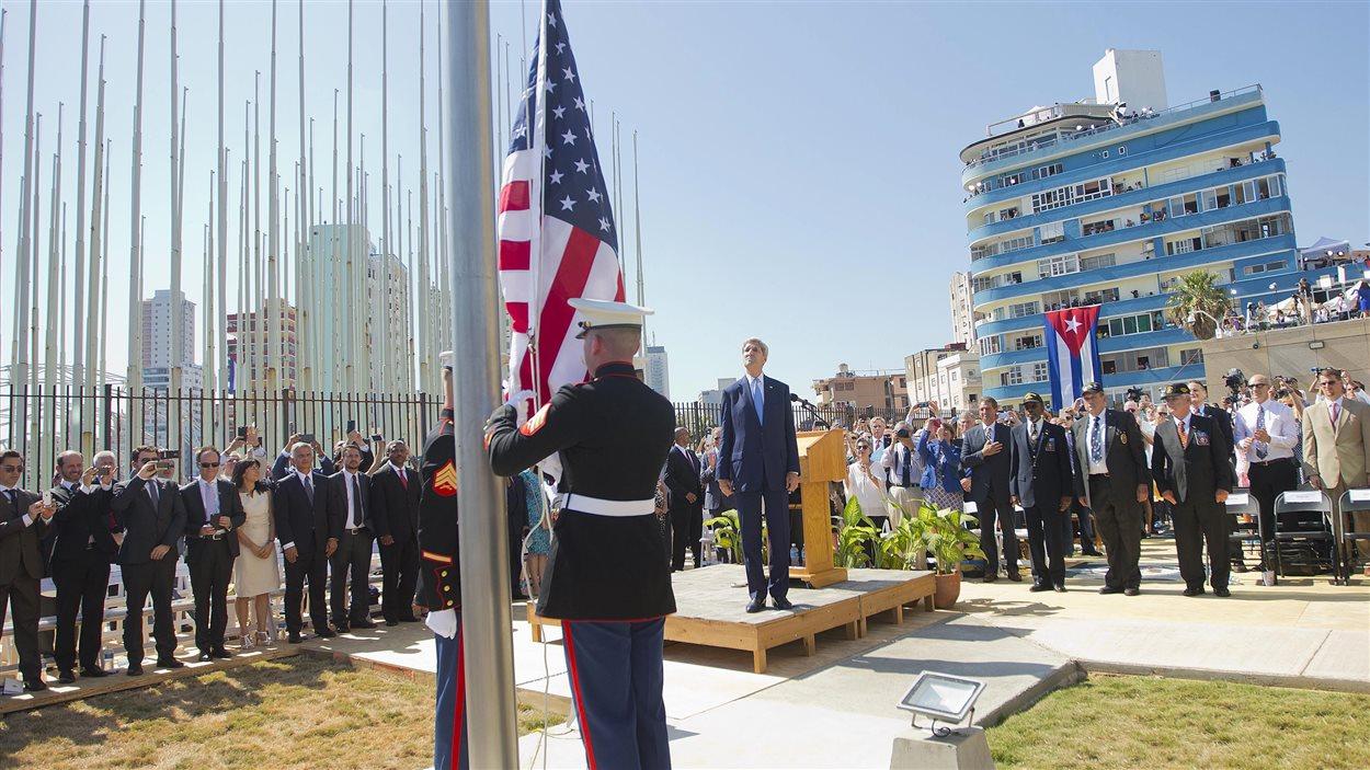 Le drapeau américain a été hissé lors de la cérémonie de la réouverture de l'ambassade américaine à La Havane, à Cuba.