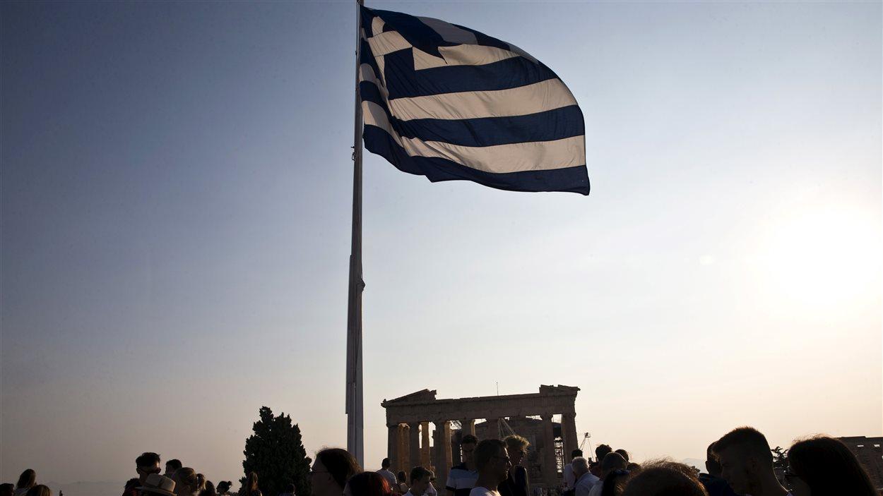 Le drapeau grecque flotte au-dessus de l'Acropole