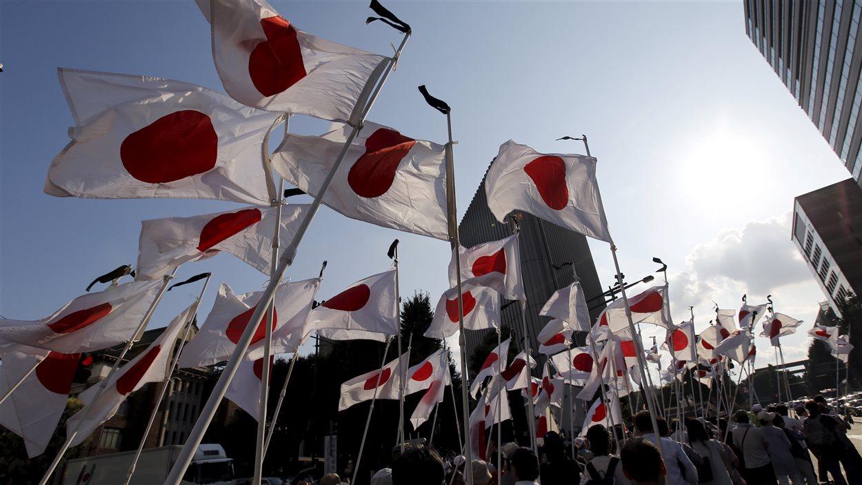 Des Japonnais nationalistes rendent hommage à ceux qui sont morts lors de la Seconde Guerre mondiale.