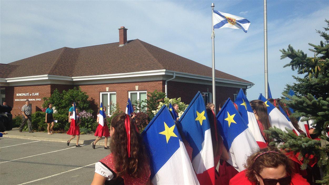 La traditionnelle levée du drapeau acadien, à Clare, en Nouvelle-Écosse.
