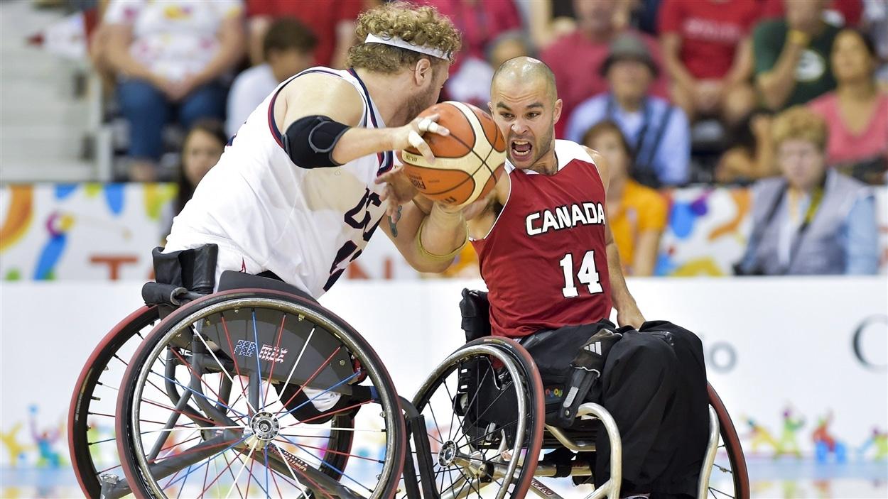 L'Américain Aaron Gouge et le Canadien Tyler Miller au basketball en fauteuil roulant