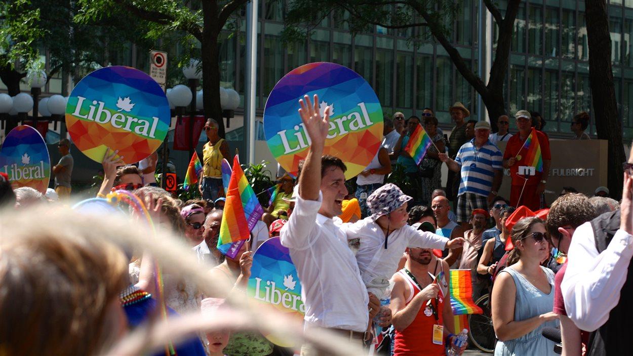 Justin Trudeau prend un bain de foule au défilé de la fierté 2015.
