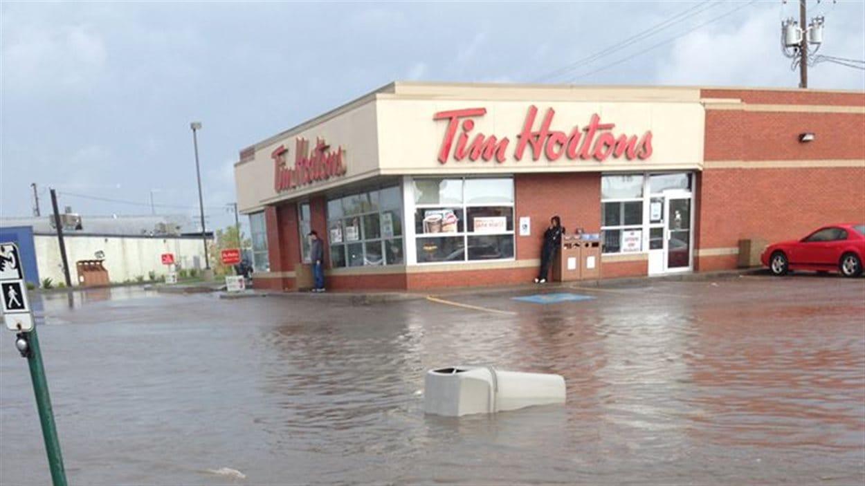 Un restaurant Tim Hortons est entouré d'eau à Prince Albert.