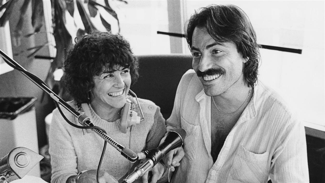 Les animateurs Chantal Jolis et Jean-François Doré animent l'émission de radio « Bouchées doubles » en 1980.