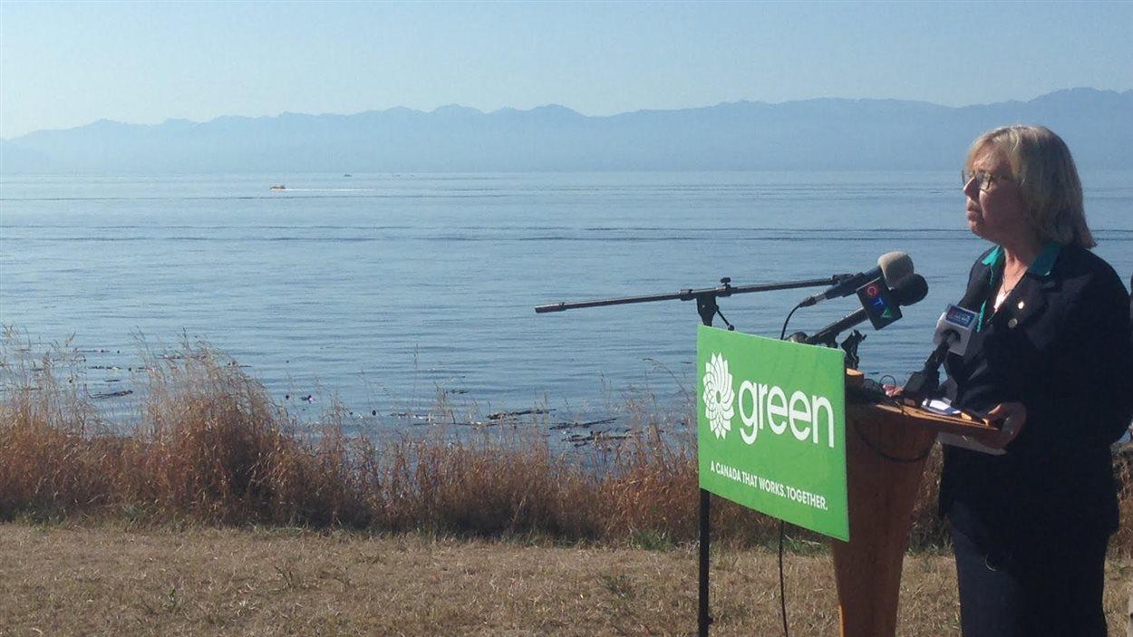 Elizabeth May, chef du Parti vert du Canada, dévoile sa plateforme contre les oléoducs et pétroliers à Victoria