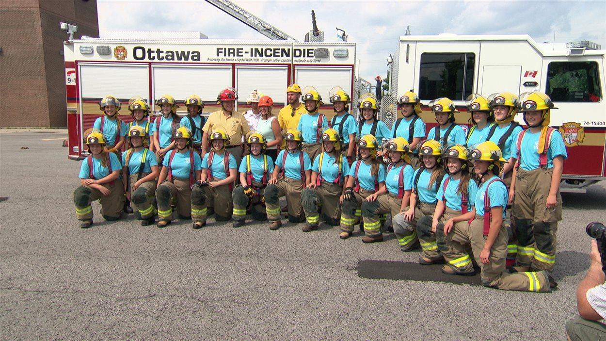 Une photo de groupe des jeunes femmes qui participent à la formation destinées aux pompières à Ottawa.