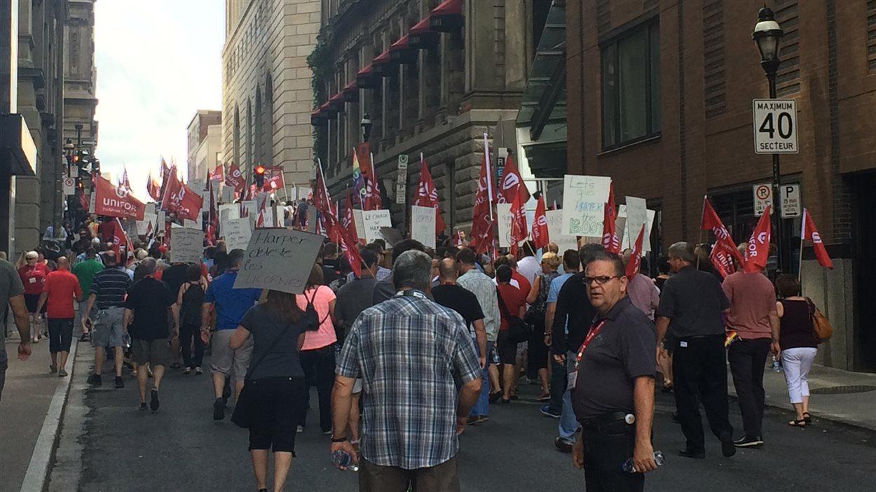 Les délégués du syndicat Unifor ont manifesté contre le gouvernement Harper dans les rues de Montréal. (21 août 2015)