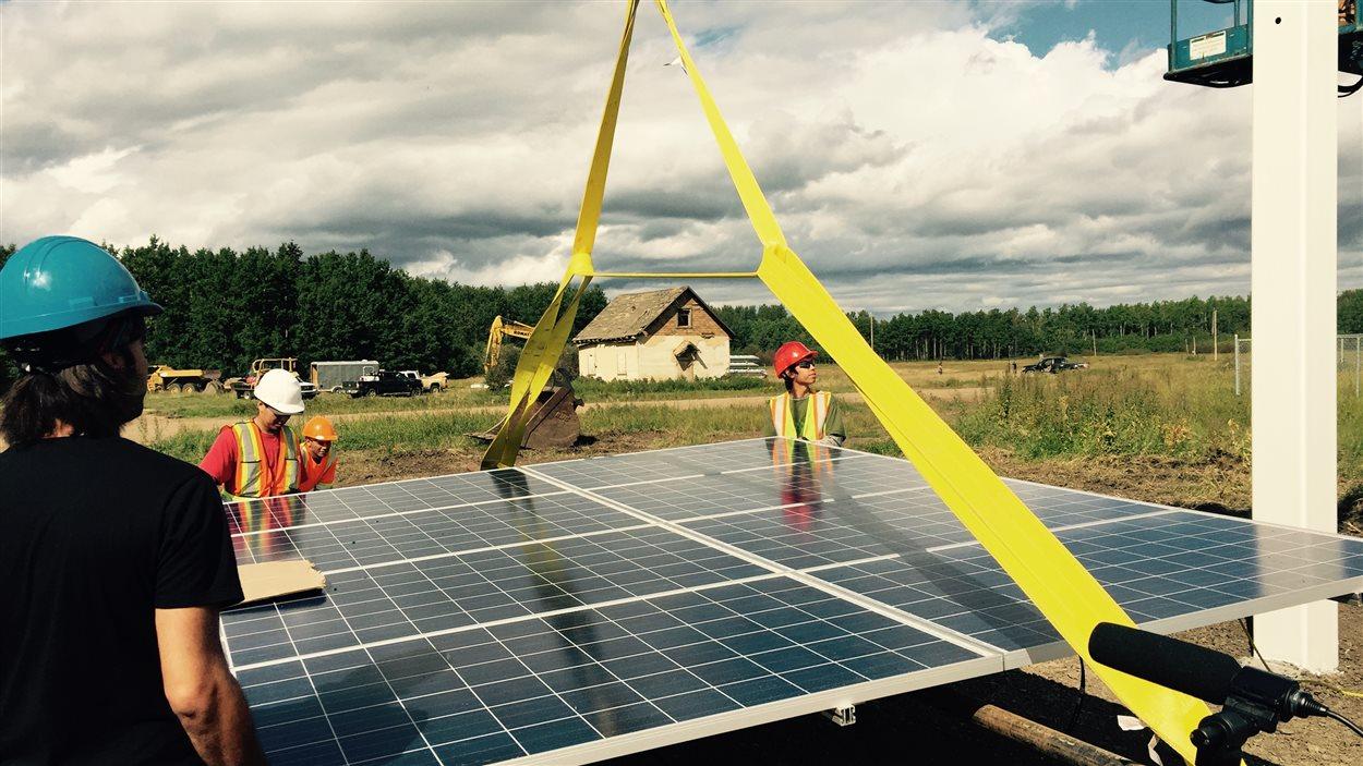 Les 80 panneaux solaires ont été installés grâce à l'aide de plusieurs résidents, jeunes et moins jeunes, de la communauté.