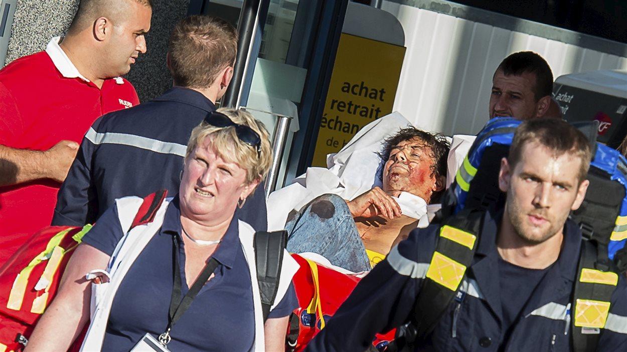 Un blessé sorti du train qui a été amené en gare à Arras, dans le nord de la France, le 21 août, après une fusillade.