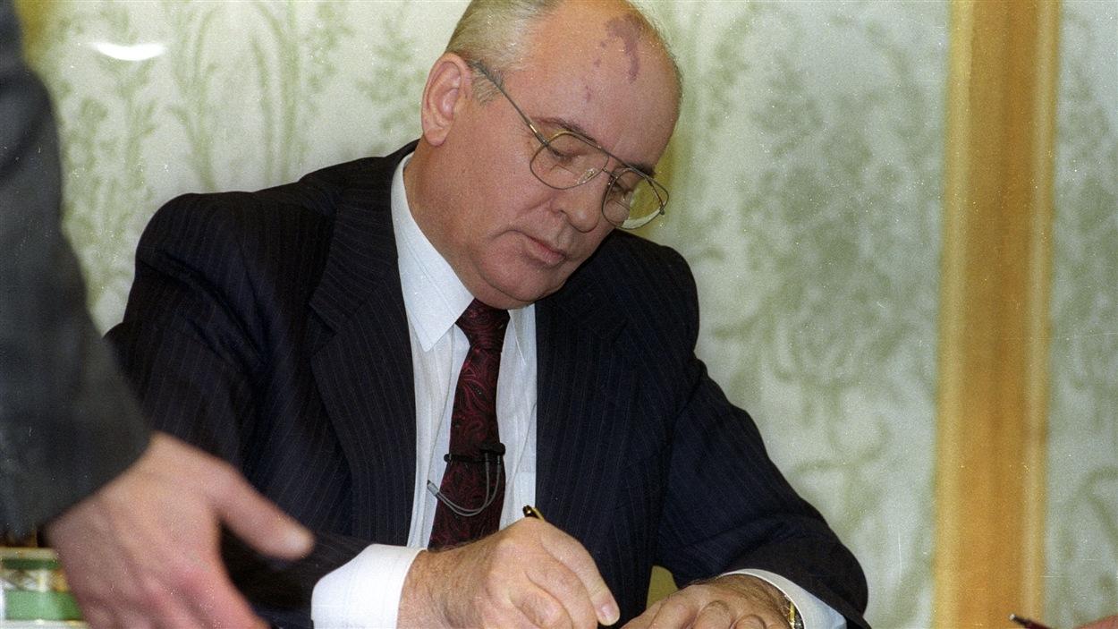 L'ancien président soviétique, Mikhaïl Gorbatchev, signe sa démission quelques instants avant d'annoncer le démantèlement de l'URSS, le 25 décembre 1991.