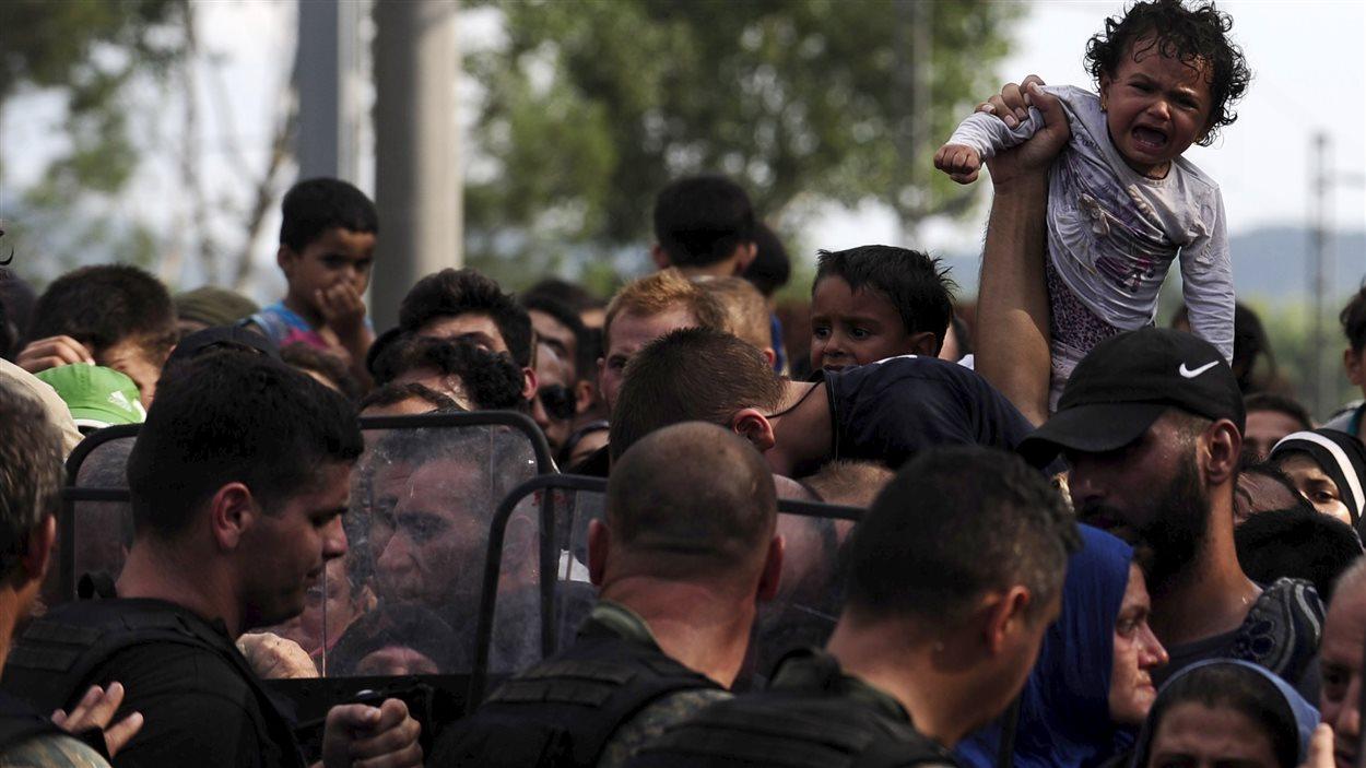 Un enfant pleure à la frontière entre la Grèce et la Macédoine.