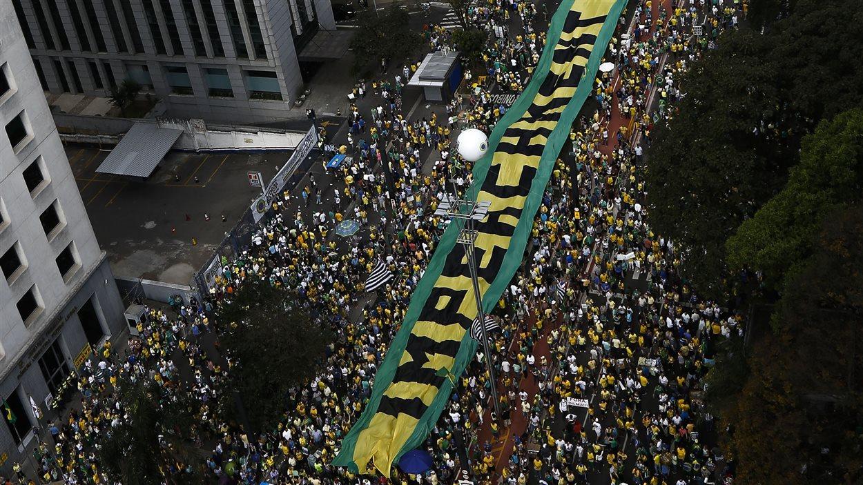 Une nouvelle journée de manifestations a eu lieu dimanche 16 août à Sao Paulo, capitale économique du Brésil, pour exiger le départ de la présidente, Dilma Rousseff.