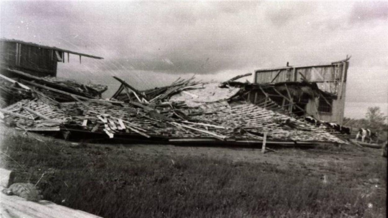Une grange de Ste-Germaine-Boulé détruite par la tempête du 30 juin 1963