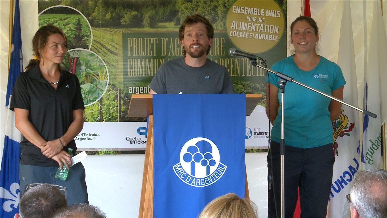 De gauche à droite : Véronique Gagné, Jonathan Palardy et Anne Leclerc, du Projet d'agriculture communautaire d'Argenteuil.