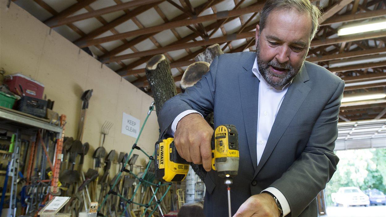 Thomas Mulcair a visité l'entreprise Bienenstock Natural Playgrounds, à Dundas en Ontario.