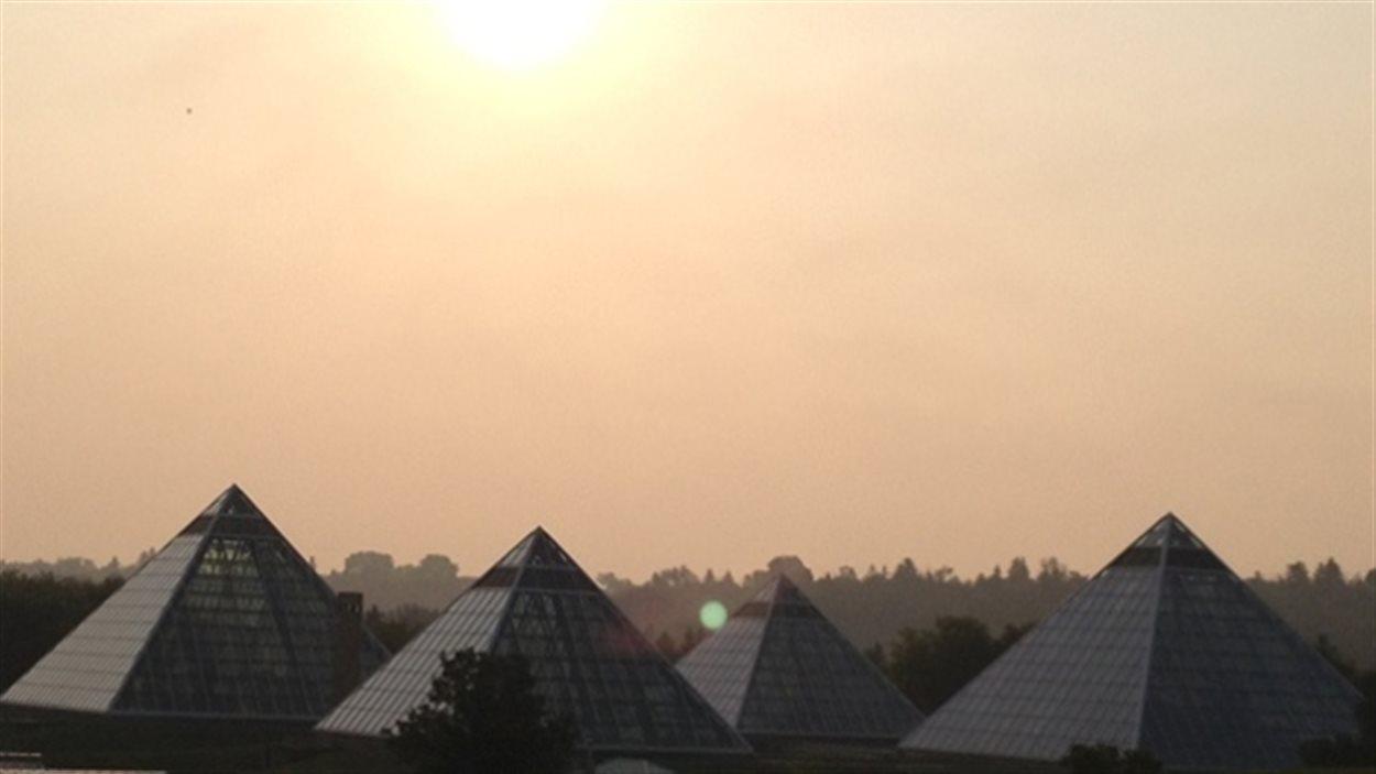 La fumée d'incendies en Colombie-Britannique et aux États-Unis détériore la qualité de l'air à Edmonton.