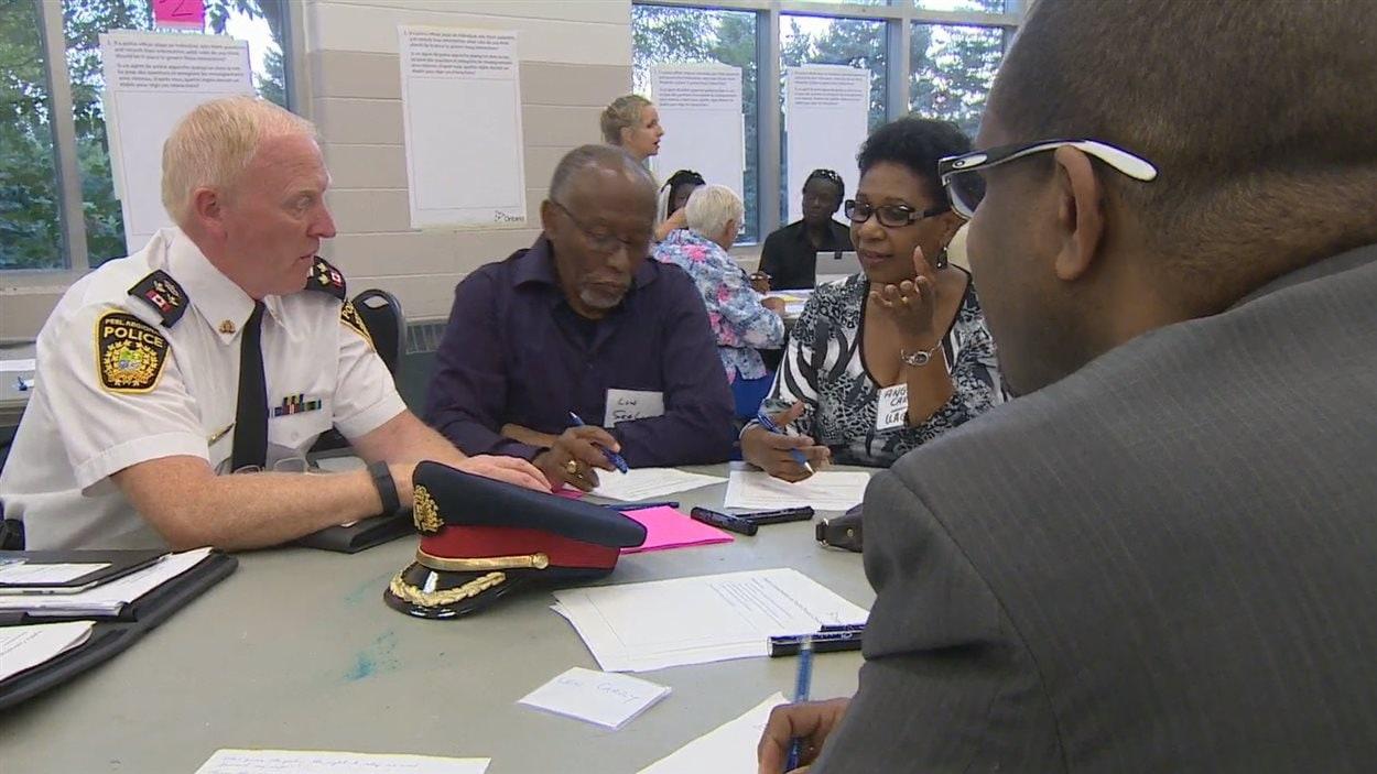 Des résidents de Brampton discutent avec leur chef de police adjoint.