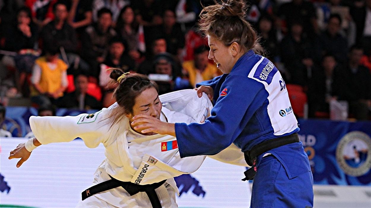 Catherine Beauchemin-Pinard (à gauche) pendant son combat contre Sumiya Dorjsuren
