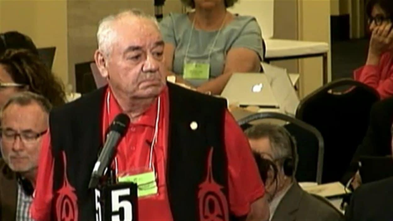 Ted Quewezance dénonce le manque d'accès au système de santé pour les Autochtones lors de l'assemblée générale annuelle de l'Association médicale canadienne à Halifax.