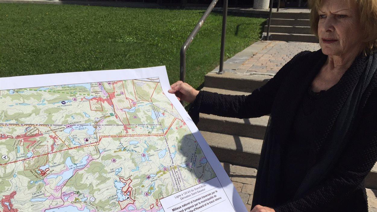 La mairesse de Saint-Adolphe-d'Howard, Lisette Lapointe, qui présente le tracé proposé en ultime recours à Hydro-Québec.
