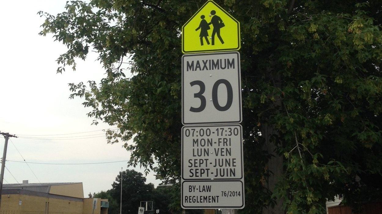 Panneau de vitesse réduite dans une zone scolaire de Winnipeg