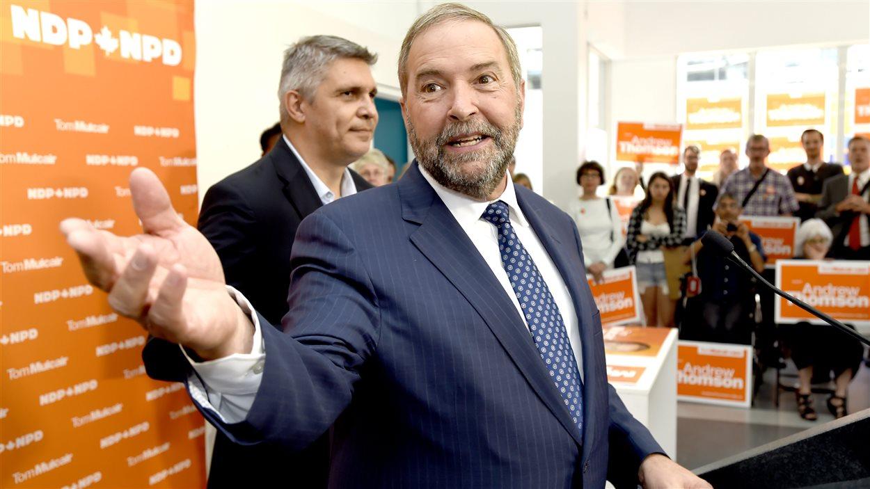 Le chef néo-démocrate, Thomas Mulcair, en compagnie de son candidat Andrew Thomson, jeudi matin, dans la circonscription d'Eglington-Lawrence.