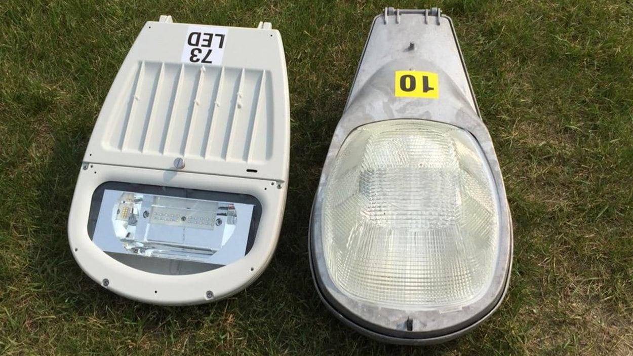 Une lampe DEL (à gauche) et une lampe à vapeur de sodium.