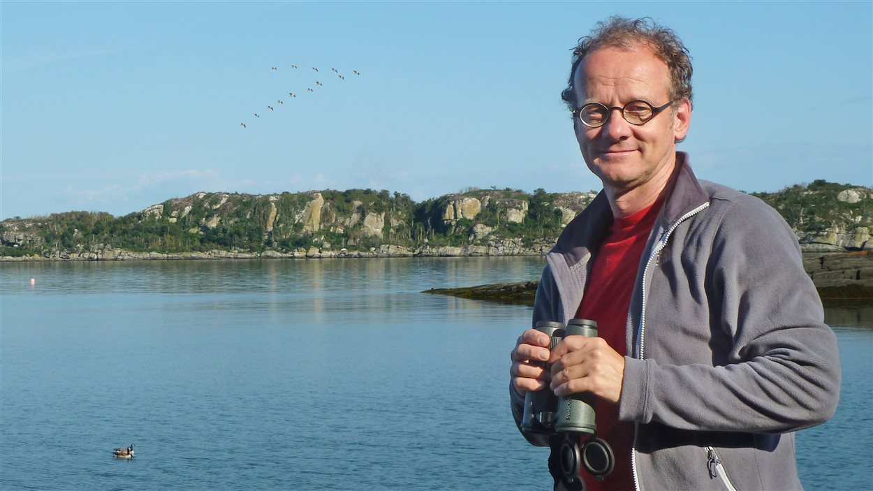 Pierre Verville lors du tournage de la série documentaire Fou des oiseaux
